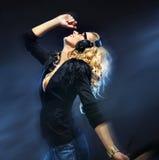 Blonde erstaunliche Dame, welche die Musik genießt Stockfotografie