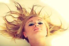Blonde erstaunliche junge Dame im Weiß Stockfotografie