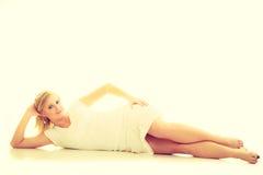 Blonde erstaunliche junge Dame im Weiß Lizenzfreie Stockfotos