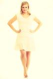 Blonde erstaunliche junge Dame im Weiß Lizenzfreie Stockfotografie