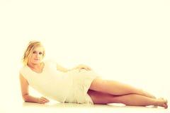 Blonde erstaunliche junge Dame im Weiß Lizenzfreie Stockbilder