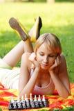 Blonde et échecs Photographie stock libre de droits