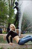 Blonde et fontaine Photos libres de droits