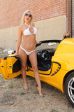 Blonde et véhicule Images libres de droits