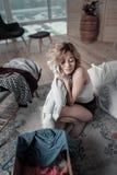 Blonde ex Frau, die Hemd ihres Ehemanns nach Auseinanderbrechen umarmt stockfotos