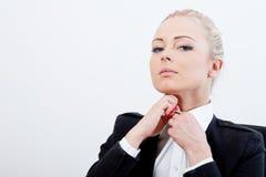 Blonde Exekutivknöpfe up ihr Hemd Stockfotos