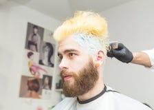 Blonde Färbung für Männer stockfoto