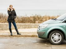 Blonde Fahrerfrau, die nahe bei Auto steht Stockbild