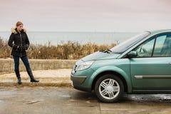 Blonde Fahrerfrau, die nahe bei Auto steht Lizenzfreie Stockfotografie