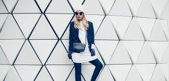 Blonde fascinante sur la rue style urbain de mode Photographie stock