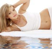 Blonde favorito in biancheria intima bianca del cotone Immagini Stock