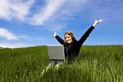 Blonde felice con il computer portatile Fotografia Stock Libera da Diritti