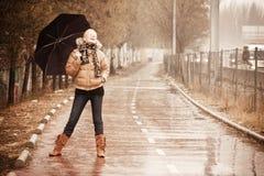 Blonde felice sotto pioggia Fotografie Stock Libere da Diritti