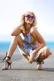Blonde feliz na costa fotografia de stock