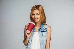 Blonde femaleholds mit Tasse Kaffee Stockbilder