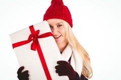 Blonde festivo que sostiene un regalo Fotografía de archivo
