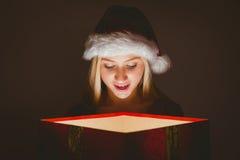 Blonde festivo que sostiene un regalo Imagenes de archivo