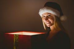 Blonde festivo que sostiene un regalo Fotografía de archivo libre de regalías