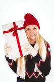 Blonde festivo que sostiene un regalo Fotos de archivo