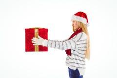 Blonde festivo que sostiene un regalo Imagen de archivo