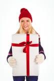 Blonde festivo que sostiene un regalo Foto de archivo libre de regalías
