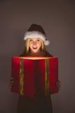 Blonde festivo que sostiene un regalo Fotos de archivo libres de regalías