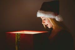 Blonde festivo que sostiene un regalo Imagen de archivo libre de regalías