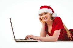 Blonde festivo que usa un ordenador portátil Foto de archivo libre de regalías
