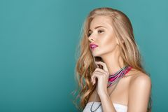 blonde Frau über blauem Hintergrund Stockfotografie