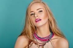 blonde Frau über blauem Hintergrund Stockfotos