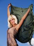 Blonde Frau über blauem sonnigem Himmel Stockfotos