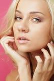 Blonde Frau über rosa Hintergrund Lizenzfreie Stockfotografie