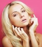 Blonde Frau über rosa Hintergrund Lizenzfreies Stockfoto