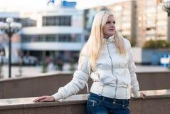 Blonde Frau über städtischem Hintergrund Stockfoto