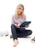 Blonde Frau in überprüftem Hemd mit Büchern Stockbilder