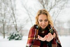 Blonde Frau in überprüften umfassenden anziehenden Schneeflocken, Winter natu Lizenzfreies Stockbild