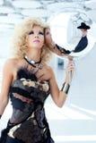 Blonde Frau 80s mit perligem Kleid des ethnischen Cancan Stockfotos