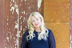 Blonde Frau auf altem Wandhintergrund Stockfoto