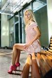 Blonde Frau auf Bank lizenzfreies stockfoto