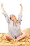 Blonde Frau auf Bett Stockbilder