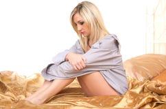 Blonde Frau auf Bett Lizenzfreie Stockfotos