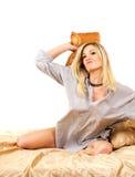 Blonde Frau auf Bett Lizenzfreie Stockfotografie