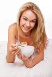 Blonde Frau auf Bett Stockfotografie