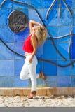 Blonde Frau auf blauer Wand Lizenzfreies Stockbild