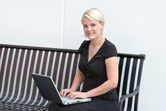 Blonde Frau auf Computer Stockbilder