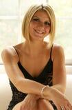 Blonde Frau auf Couch Lizenzfreies Stockbild