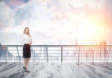 Blonde Frau auf Dach in einer Stadt Lizenzfreies Stockbild
