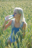 Blonde Frau auf dem Gebiet Lizenzfreies Stockfoto