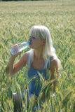 Blonde Frau auf dem Gebiet Stockfoto