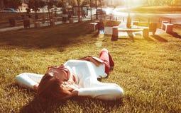 Blonde Frau auf dem Gras Stockfoto